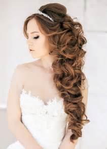 Peinado para bodas de rizos en cascada