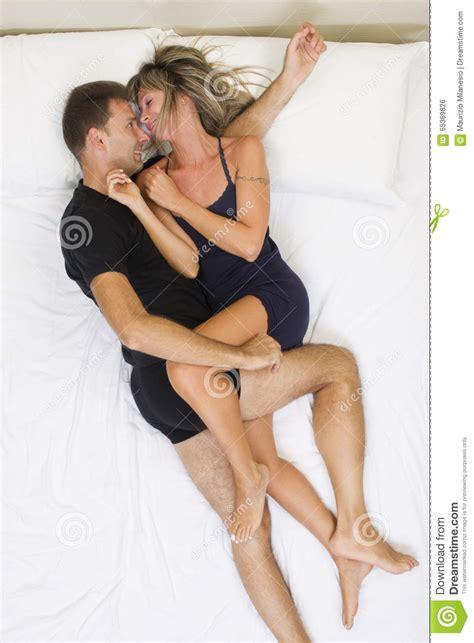 foto di donne sul letto coppie sorridenti abbracciate sul letto fotografia stock