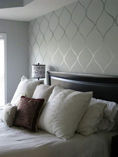 tapeten ideen schlafzimmer schräge schlafzimmer graue tapeten gl c anzende ornamente zum epos