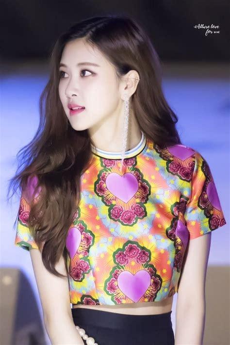 pin oleh xoluvtiff  blackpink rose gaya rambut kim korea