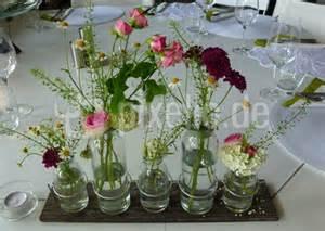 tischdeko vasen kostenloses foto tischdeko mit kleinen vasen pixelio de