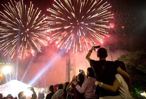 new year carnival شاهد احتفال العالم بأول دقيقة في 2016 سيدي افضل موقع