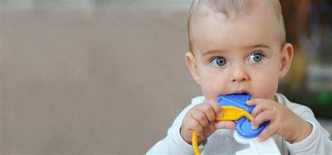 wann erster zahn bei baby zahnen symptome tipps bei zahnungsbeschwerden kidsgo