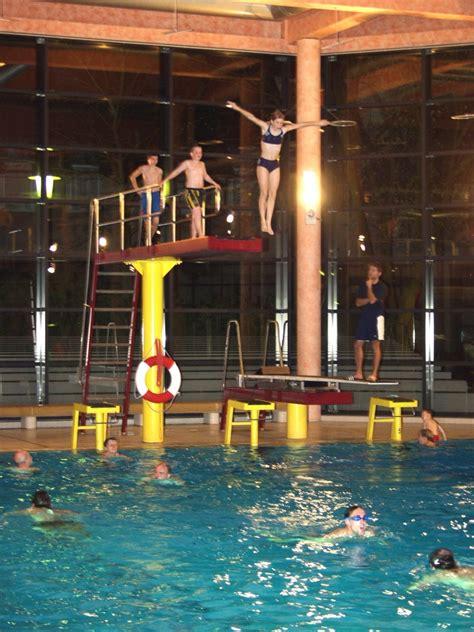 schwimmbad mit sprungbrett hallenbad