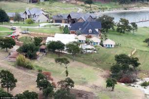 shelton constructs hawaiian style estate in oklahoma for gwen stefani and sons daily