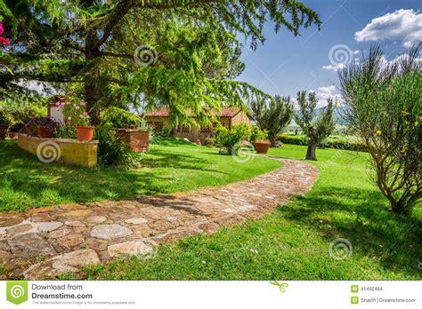 camino toscano camino de piedra a la casa de co toscana foto de