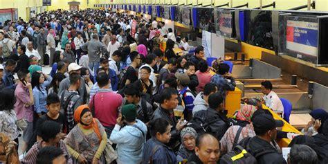 airasia terminal soetta airasia sesalkan wacana setop layanan imigrasi di bandara