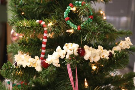 how to string popcorn on christmas tree how to make a popcorn garland allfreekidscrafts