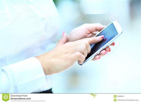 imagenes libres para usar la mano de la mujer usando el tel 233 fono celular imagen de