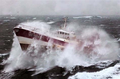 bad boat driving how to drive your boat safely in bad weather conidtions