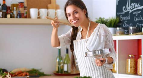 femme qui cuisine pourquoi cuisiner rend heureux bio 224 la une