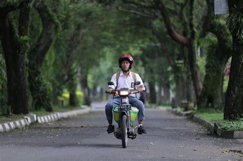 Bookmyshow Malang   review film lewat yowis ben bayu skak hadirkan komedi