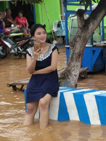 foto gadis cantik korban banjir pasuruan  hebohkan