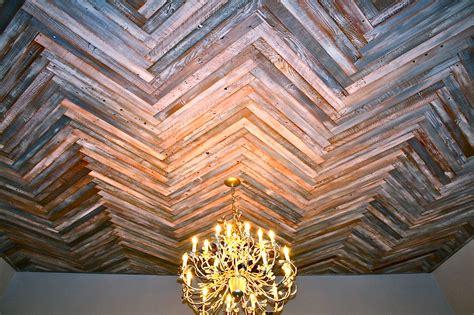 immagini soffitti colorati rivestimenti in legno fai da te con i pallet riciclati