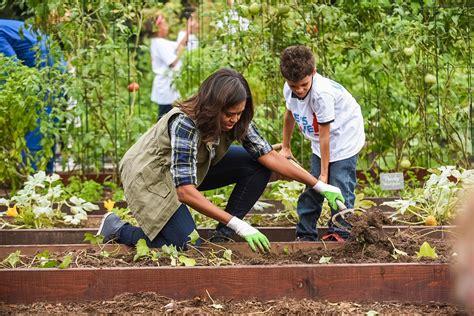 Clinton Vows To Continue First Lady S Veggie Garden Politico Obama Vegetable Garden