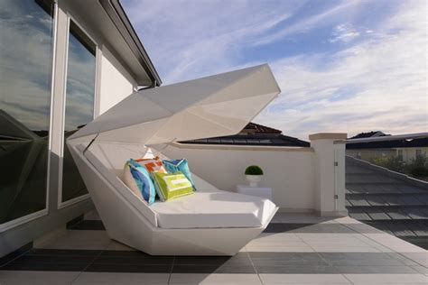 Outdoor daybed ? elegant patio furniture for a pleasant relax