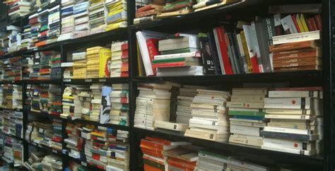 commesso libreria ladro di quot cultura quot ruba dizionari in una libreria e viene