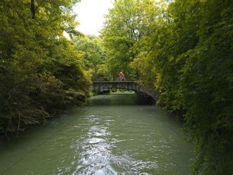 Englischer Garten Radfahren eisbach br 252 cke mit radfahrer englischer garten m 252 nchen