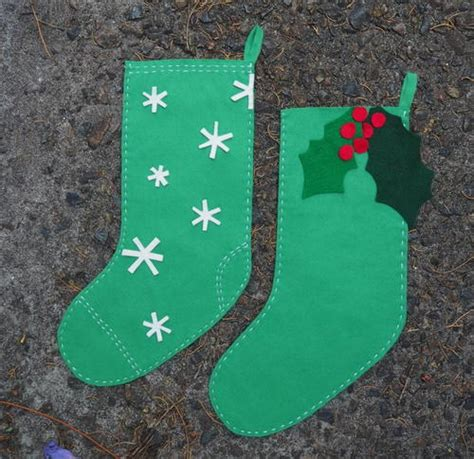 pattern for child s christmas stocking apron with detachable oven mitt pattern allfreesewing com