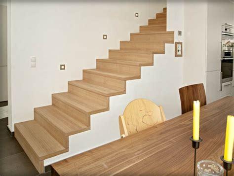 scale rivestite in legno muro e testa della scala a filo scale