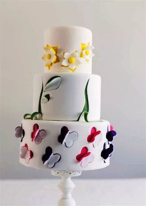 fiori con farfalle come decorare una torta a piani con farfalle e fiori