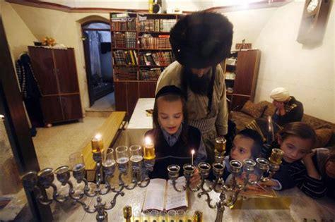 imagenes familia judia una familia integrista jud 237 a encendiendo velas durante la