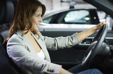 uomini al volante donne al volante prudenza costante vendiauto auto