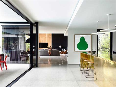 Ordinaire Cuisine Peinte En Gris #5: maison-contemporaine-design-toit-plat-toute-grise-cuisine-mur-bois-lambris-moderne-baies-vitrees-sol-beton-cire-gris-toile-peinture-oeuvre-art-bar-tabourets-minimalistes.jpg