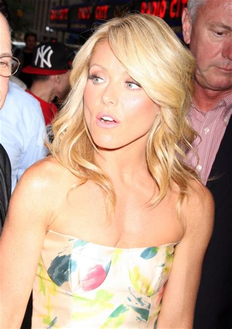 kelly ripa with curls sexy curly hairstyle from kelly ripa aaa fashion