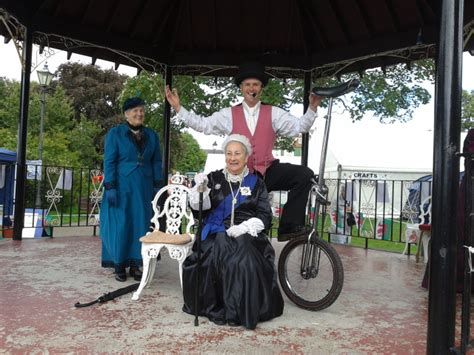 victorian themed events solo circus victorian dickensian themed entertainer