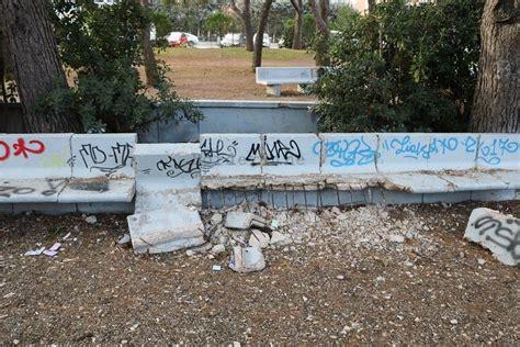 panchine parco bari panchine distrutte da mesi e incuria ovunque parco