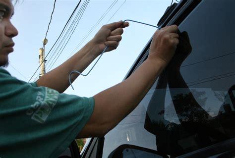 ways  retrieve keys locked   car wikihow