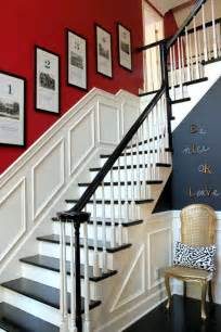 agréable Idee Couleur Hall D Entree #7: d%C3%A9co-entr%C3%A9e-maison-escalier-tournant-rouge-blanc-gris-cadres.jpg