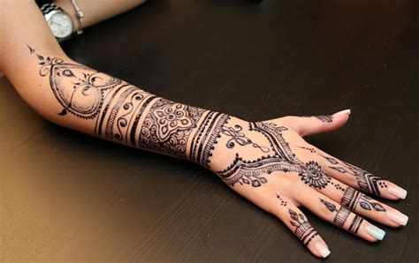 eyebrow threading and heena art