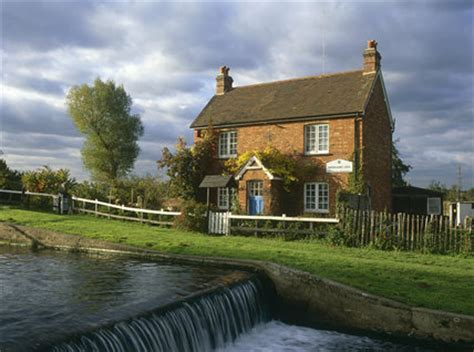 lock keeper s cottage by the weir of papercourt lock wey