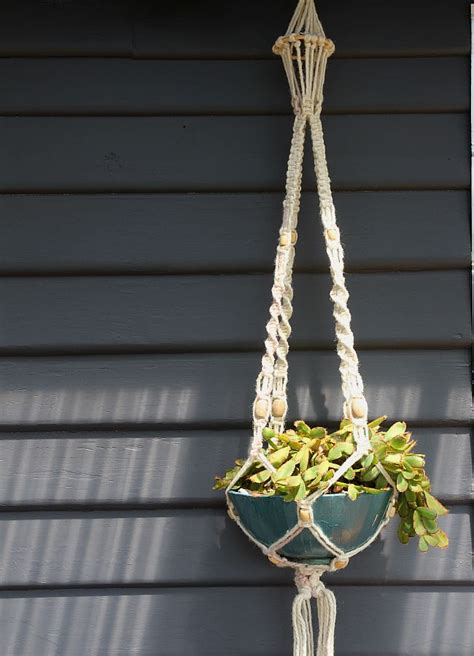 Macrame Hanging Planters - how to make a macrame hanging planter