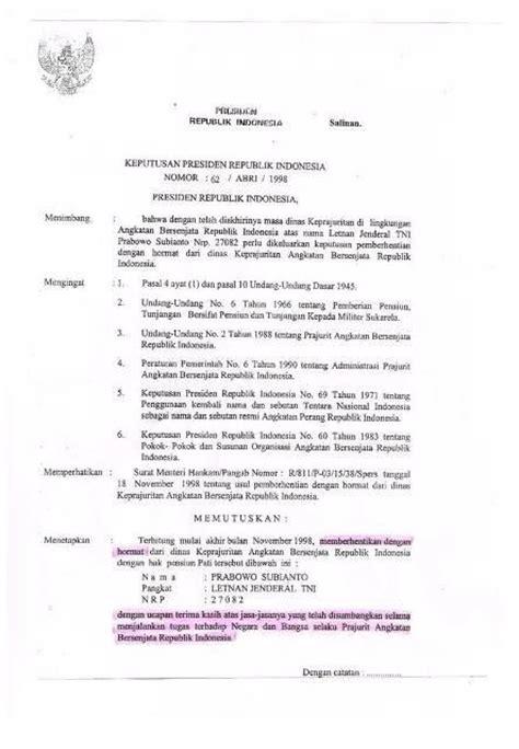 b j habibie menanda tangani surat keputusan pensiun prabowo subianto