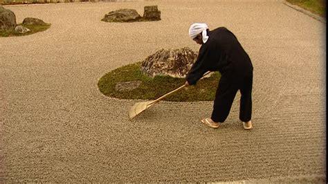 japanischer garten rechen steingarten mann rechen kyoto japan rm 275