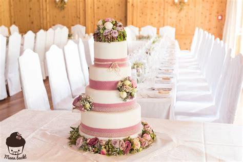 hochzeitstorte natur vintage wedding cake im blumenmeer mann backt