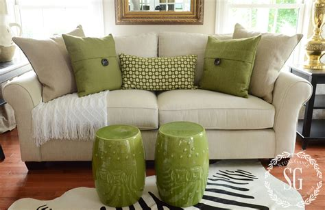 How To Decorate With Throw Pillows by Sofa Pillows Green Pillows With White Throw Stonegableblog