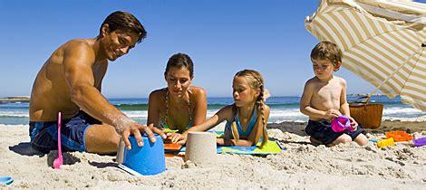 imagenes niños jugando en el mar 5 ideas para jugar con los ni 241 os en la playa