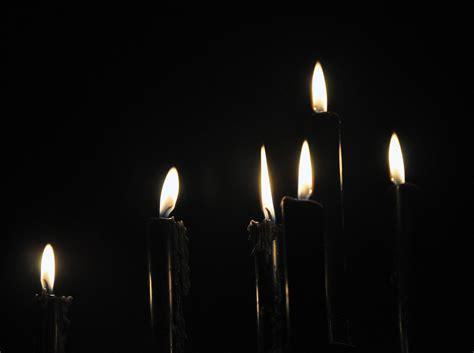 schwarze kerzen schwarze kerzen dunkel licht 183 kostenloses foto auf pixabay