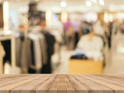 imagenes de ropa sin fondo tablas de madera con tienda de ropa borrosa de fondo