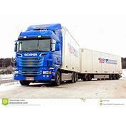 Cami&243n Y Remolque Azules De Scania R620 Foto Editorial