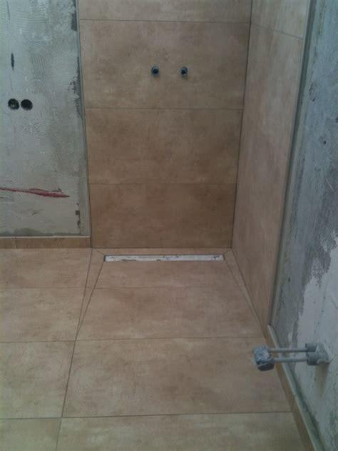bodenablauf dusche fliesen begehbare dusche duschrinne als bodenablauf fliesen