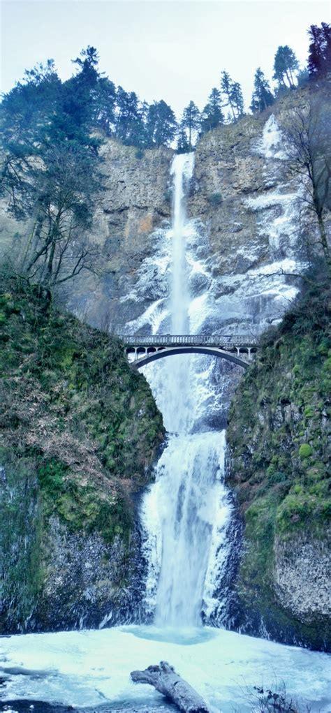 windy winter conditions multnomah falls columbia river