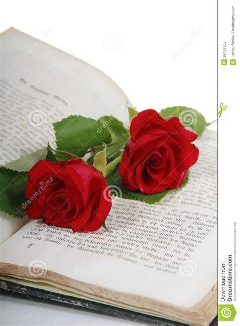 libro the rose and the dos rosas rojas en un libro viejo fotos de archivo imagen 26437303