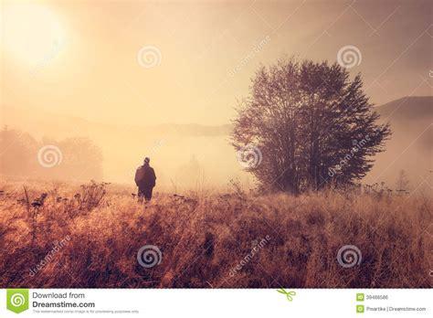 varias imagenes forman una sola persona sola en la niebla de la ma 241 ana foto de archivo