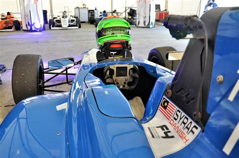 formula 4 isyraf petron supplied fuel engine to formula 4 sea