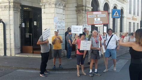 popolare di vicenza thiene la protesta degli azionisti di bpvi si sposta a thiene